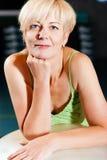 Femme aîné avec la bille de forme physique en gymnastique Photo stock