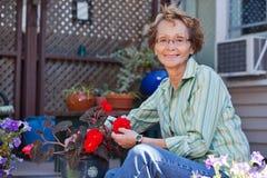 Femme aîné avec la centrale mise en pot Images libres de droits