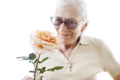 Femme aîné avec la fleur Photographie stock
