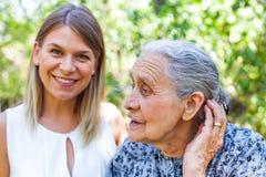Femme aîné avec la petite-fille Images libres de droits