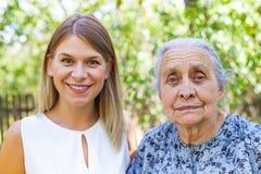 Femme aîné avec la petite-fille Photos stock