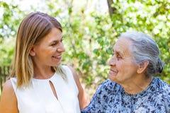 Femme aîné avec la petite-fille Image libre de droits
