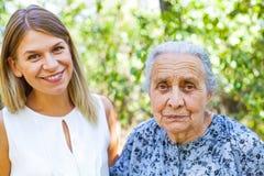 Femme aîné avec la petite-fille Photographie stock