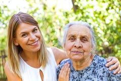 Femme aîné avec la petite-fille Photographie stock libre de droits