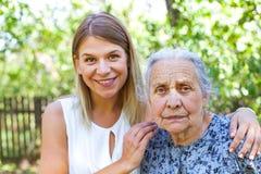 Femme aîné avec la petite-fille Photo stock
