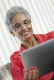 Femme aîné avec la tablette de Digitals Photos libres de droits