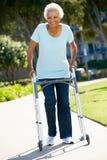 Femme aîné avec la trame de marche Photo libre de droits