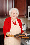 Femme aîné avec le bonhomme de neige de pain d'épice Image libre de droits
