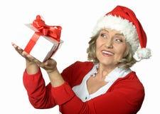 Femme aîné avec le cadeau Images stock