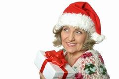 Femme aîné avec le cadeau Image libre de droits