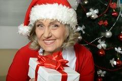 Femme aîné avec le cadeau Photographie stock libre de droits