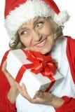Femme aîné avec le cadeau Photo libre de droits
