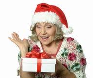 Femme aîné avec le cadeau Photos stock