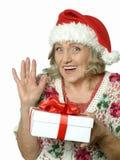 Femme aîné avec le cadeau Photo stock
