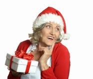 Femme aîné avec le cadeau Photos libres de droits