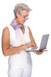 Femme aîné avec le cahier Images libres de droits