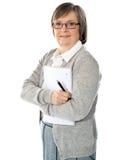 Femme aîné avec le dépliant et le crayon lecteur Images libres de droits