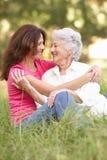 Femme aîné avec le descendant adulte en stationnement Photos libres de droits