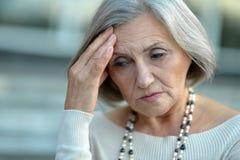 Femme aîné avec le mal de tête Photo stock
