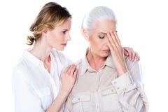Femme aîné avec le mal de tête Images libres de droits