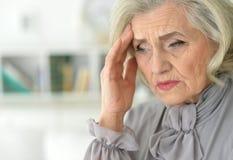 Femme aîné avec le mal de tête Image libre de droits