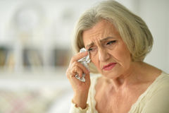 Femme aîné avec le mal de tête Image stock
