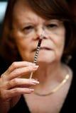 Femme aîné avec le pointeau hypodermique images libres de droits