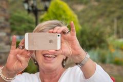 Femme aîné avec le smartphone Photos libres de droits