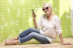 Femme aîné avec le téléphone portable Photo libre de droits