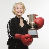 Femme aîné avec le trophée Image stock