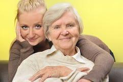 Femme aîné avec sa petite-fille. Photos stock