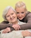 Femme aîné avec sa petite-fille. Photo libre de droits
