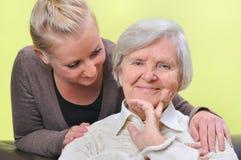 Femme aîné avec sa petite-fille. Photo stock