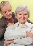 Femme aîné avec sa petite-fille. Photographie stock
