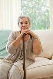 Femme aîné avec son bâton de marche Photo libre de droits