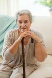 Femme aîné avec son bâton de marche Photographie stock