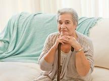 Femme aîné avec son bâton de marche Images stock