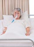 Femme aîné avec son respirateur Images libres de droits