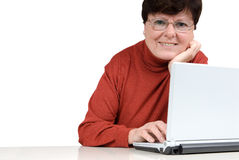Femme aîné avec un cahier images stock