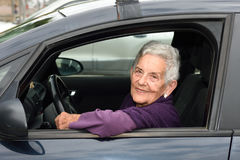 Femme aîné conduisant un véhicule Photos libres de droits