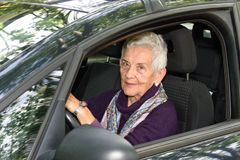 Femme aîné conduisant un véhicule Photographie stock libre de droits