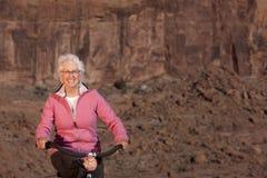 Femme aîné conduisant une bile Photos stock