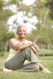 Femme aîné détendant après exercice Photos libres de droits