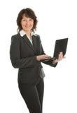 Femme aîné d'affaires à l'aide de l'ordinateur portatif Image libre de droits