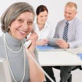 Femme aîné d'affaires au téléphone Photographie stock