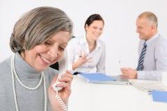Femme aîné d'affaires au téléphone Photos stock