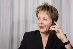 Femme aîné d'affaires au téléphone Image stock