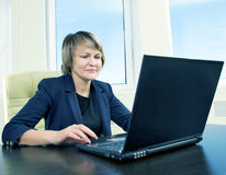 Femme aîné d'affaires dans l'intérieur de bureau Image stock