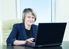 Femme aîné d'affaires dans l'intérieur de bureau Photos libres de droits