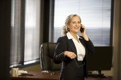 Femme aîné d'affaires dans le bureau Images libres de droits